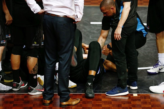 AUCKLAND, NEW ZEALAND - JANUARY 26:  Players and staff members of the Breakers show concerns as they gather around Akil Mitchell who suffers a serious eye injury during the round 17 NBL match between the New Zealand Breakers and the Cairns Taipans at the North Shore Events Centre on January 26, 2017 in Auckland, New Zealand.  (Photo by Anthony Au-Yeung/Getty Images)