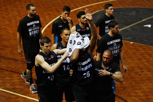 AUCKLAND, NEW ZEALAND - JANUARY 26:  Akil Mitchell of the Breakers acknowledges the supporters as he is helped off the court by his team with a serious eye injury during the round 17 NBL match between the New Zealand Breakers and the Cairns Taipans at the North Shore Events Centre on January 26, 2017 in Auckland, New Zealand.  (Photo by Anthony Au-Yeung/Getty Images)