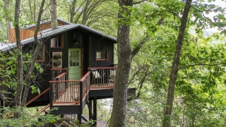 This Rustic Treehouse In Tennessee Includes A Fully-Functional Bathroom