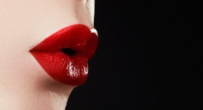 Twitter Lipstick Kiss Inside Toilet Bowl