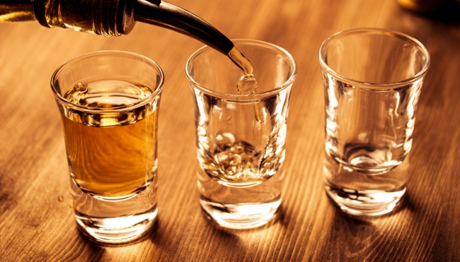 why people tap shot glass bar