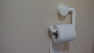 Woman's Tinder Profile Pic Ignites Fierce Debate On How To Hang Toilet Paper Correctly