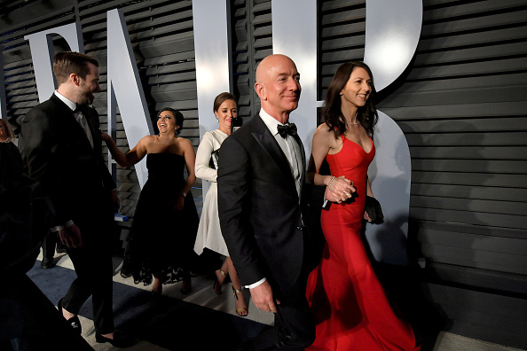 BEVERLY HILLS, CA - MARCH 04:  Jeff Bezos (L) and MacKenzie Bezos attend the 2018 Vanity Fair Oscar Party hosted by Radhika Jones at Wallis Annenberg Center for the Performing Arts on March 4, 2018 in Beverly Hills, California.  (Photo by Mike Coppola/VF18/Getty Images for VF)