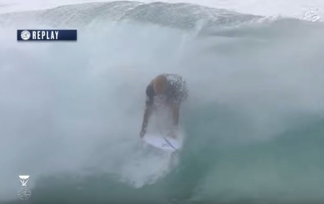 Kelly Slater recovers wipeout at Pipe Masters