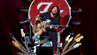 Foo Fighters Frontman Dave Grohl Lent Guitar Throne To Country Star So He Could Keep Touring With Bum Leg