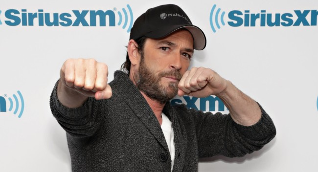 Photo Luke Perry Cheering For Pro Wrestler Son Jack Perry Jungle Boy