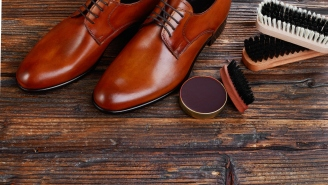 NYC Shoe Shiner Is Making $4500/Week By Insulting People's Shoes On The Street