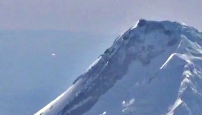 UFO Entering Mount Hood Caught On Video By Airplane Pilot