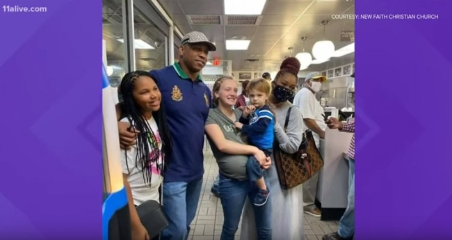 Pastor Surprises Pregnant Waffle House Waitress With 12000 Tip