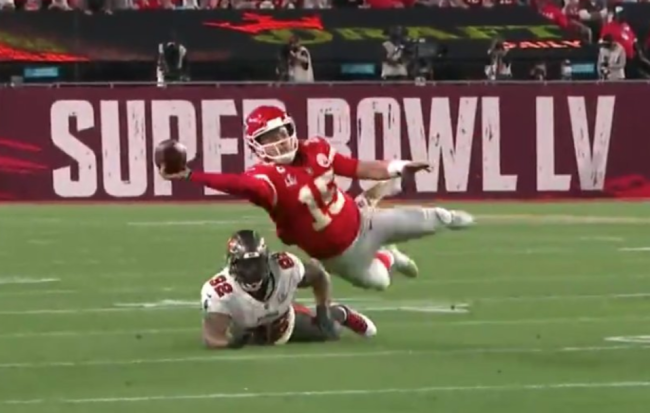Limping Patrick Mahomes Makes Absolutely Insane Diving Throw During Super Bowl And Chiefs WR Darrel Williams Drops It