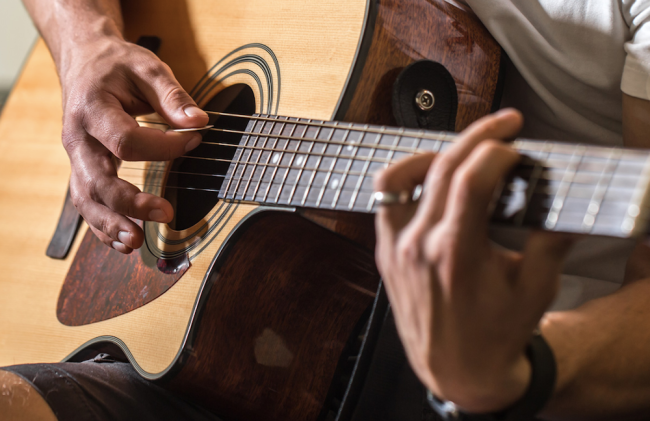 With the help of the Complete Beginner to Expert Guitar Lesson Bundle you can learn how to play guitar quickly and easily like a pro