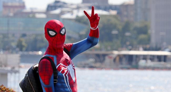 Spider-Man Breaks Up Fight On New York City Street Bystanders Cheer