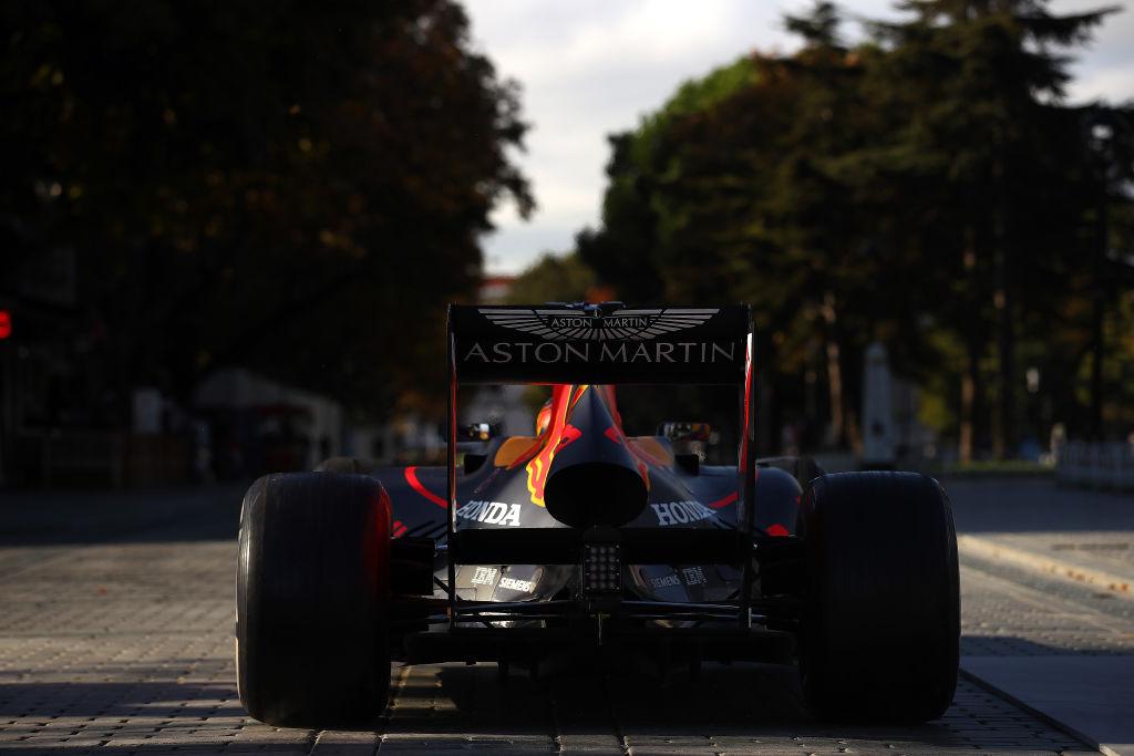 Bugatti Chiron vs Formula One drag race Red Bull RB7