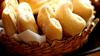 Woman On Twitter Claims It's 'Tacky' To Eat Free Restaurant Bread Right Away – 360,000 People Disagree