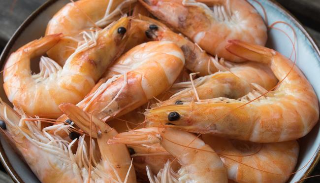 guy removes parasite from shrimp TikTok