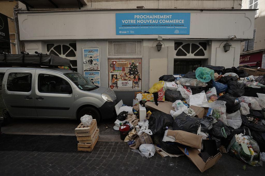 France garbage men 21 hour workweek strike